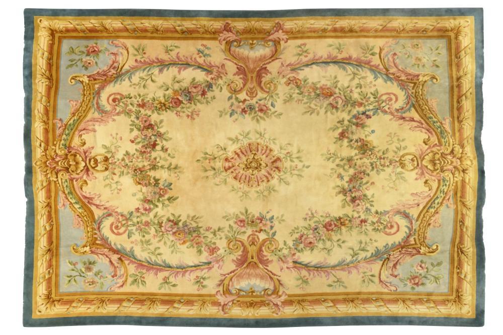IMPORTANT TAPIS AU POINT DE LA SAVONNERIE (FRANCE) DEBUT XXE SIECLE. À décor Louis XVI dans le goû