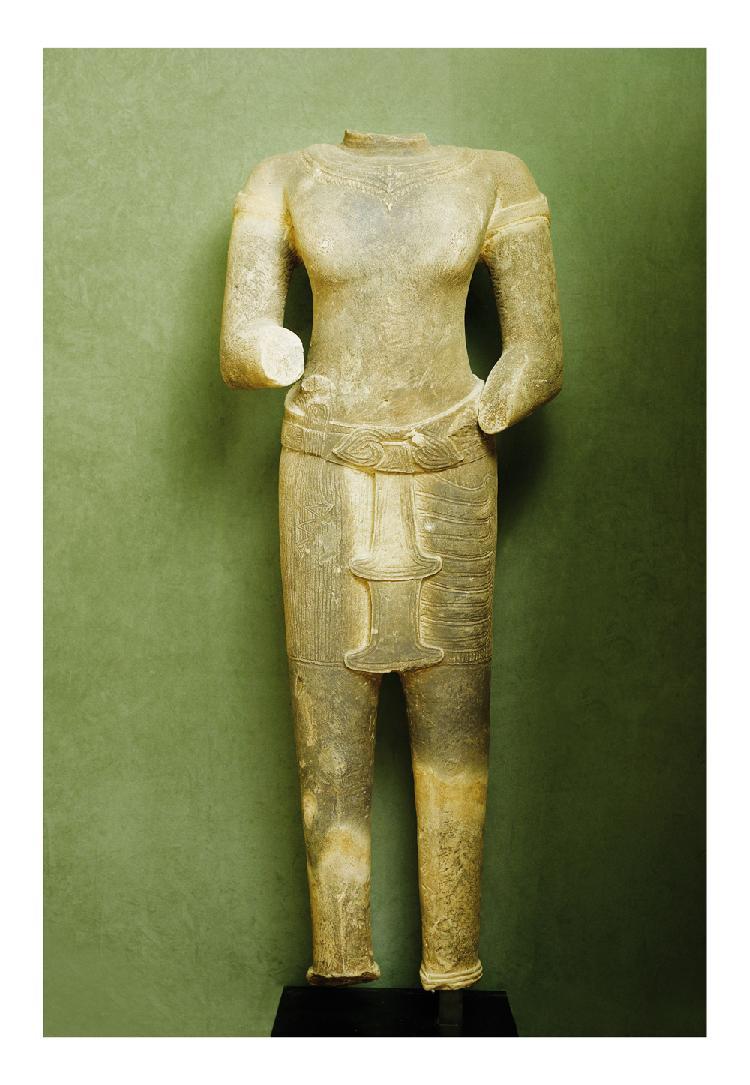 Cambodge 12/13 eme siècle. Important torse de divinité en grès le dhoti avec ceinture à triple crosses. H. 145 cm. Provenance : Philippe Dodier.