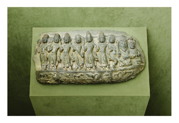 Inde 12ème siècle. Bas relief en grès gris foncé sculpté en relief de bhrama et divinités. Style pala. Larg. 78 cm.