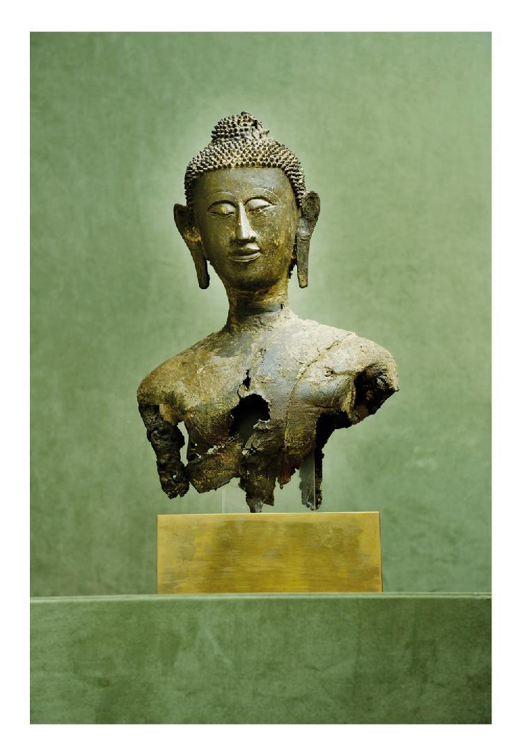 Thaïlande 16/17ème siècle. Buste de bouddha en bronze à patine brune. (Manques). H. 42 cm.