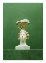 Grande Grèce, IIème siècle avant J.-C.?  COUPE  posée sur la tête d'une divinité féminine. Terre cuite engobe blanc et peinture rouge  Restauration à la base, cassée, collée et manques.  H. 20 cm