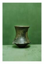 Etrurie, Vème siècle avant J.-C.  GOBELET. Céramique vernissée noire. Décor gravé de deux chevaux.  H. 10 cm