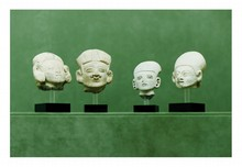 Équateur,  la Tolita, Période classique 100-500 après J.-C.  QUATRE PETITES TÊTES. Terre cuite grise.  Eclats à la bouche et au nez.  H.  5,5 - 7 - 6,5 - 6,5 cm
