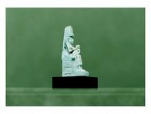 Égypte, époque ptolémaïque  ISIS assise tenant l'enfant Horus sur ses genoux. Faïence.  Restaurations, partie inférieure du trône refaite ainsi que les pieds de l'Isis.  H. 6 cm