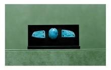 Égypte, époques tardives.  SCARABÉE. Fritte émaillée bleu pâle. Destiné à être cousu sur les vêtements du défunt.