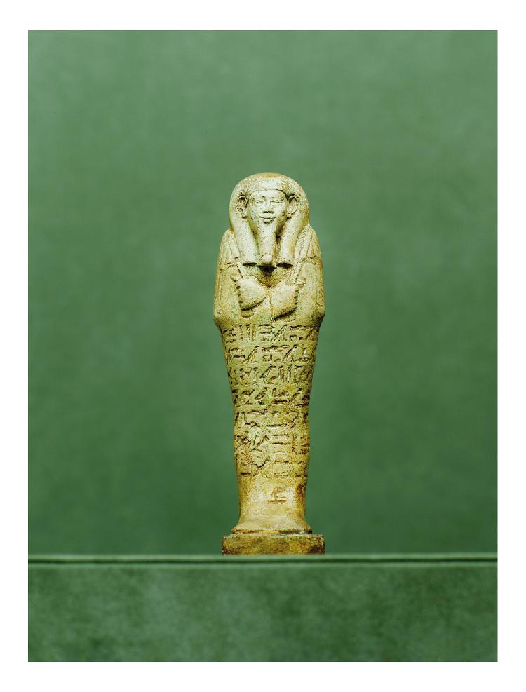 égypte, milieu de la XXVIème dynastie, Saqqara-nord. OUSHEBTI. Faïence vert clair jaunâtre inscrit sur toute sa face au nom du directeur de l'antichambre Hor-ir-âa H. 17 cm Sa table d'offrande et ses quatre canopes sont au Louvre.