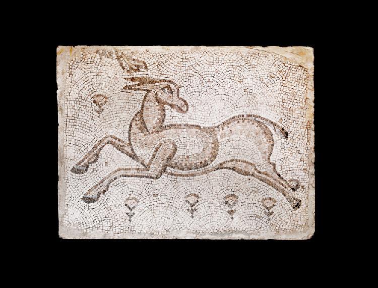 Méditerranée Orientale Vème siècle après J.-C. PANNEAU en mosaïque de pierre de couleur représentant un cerf. Dimensions 100 X 131 cm