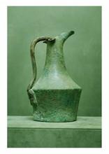 étrurie V ème IV ème siècle avant J.-C.. VASE DE MARIAGE. Tôle de bronze patine verte. Figure de Philoctète compagnon d'Ulysse, symbole de la fidélité. Restauration au bec verseur ainsi qu'à la base, léger renfoncement, l'anse a été refixée, la
