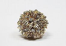 BROCHE en or jaune stylisant un flocon, la monture finement ciselé ornée de vingts diamants de taille brillant. Poids brut : 23,1 g Diamètre : 4 cm Proablement de la maison BOUCHERON, portant le signature : ' Monture Bouchero