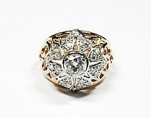 BAGUE DOME en or jaune la monture ajourée et retenant en son centre un diamants de taille brillant d'environ 0,80 carat dans un entourage de diamants brillants. Poids brut : 8,8 g TDD : 52 - 53