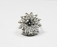 BAGUE en or gris ornée d'un diamant de taille brillant d'environ 1,35 carat, la monture stylisée ornée de diamants de taille rose. Poids brut : 5,1 g TDD : 51