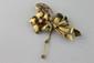 BROCHE en or jaune stylisant une fleur ornée de rubis et de diamants Poids brut : 23,6 g