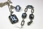 PARURE en argent, ornée de pierres de couleur bleu de taille émeraude, composé d'une bague, d'un collier et d'un bracelet.Poids brut : 40,9 g