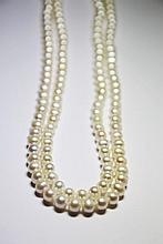 SAUTOIR de perles de culture blanches. Longueur: 58 cm Poids brut: 82,6 g  A white cultured pearl necklace.