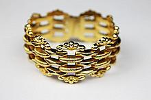 BRACELET MANCHETTE en or jaune ajouré stylisant un motif sur or jaune lisse et ciselé. Poids brut : 45,6 g