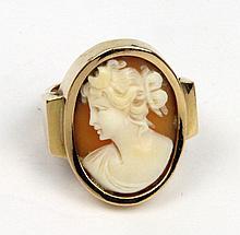 BAGUE en or jaune ornée d'un camée sur cornalines deux couches stylisant un profil de femme, la monture finement travaillée et ciselée. Poids brut : 7,1 g TDD : 53