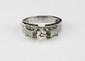 BAGUE en or gris 14 carats ornée d'un diamant de taille brillant de 0,25 carat épaulée de diamants brillantés. Poids brut  4,2 g TDD : 53 - 54