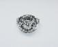 BAGUE BOULE or gris retenant en son centre un diamant de taille brillant d'environ 1 carat dans un entourage ajouré et serti de diamants brillantés. Poids brut : 8,4 g TDD : 53