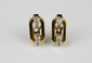 PAIRE DE BOUCLES D'OREILLES en or jaune stylisant une forme gémotrique ornée de diamants brillantés. Années 1950 Poids brut : 8,1 g Hauteur : 1,7 cm