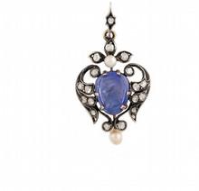 PENDENTIF DE L'EPOQUE NAPOLEONIENNE en argent et or jaune strylisant des feuillages sertis de diamants de taille rose, ponctué de deux petites perles, retenant en son centre un saphir gravé en intaille d'un profil d