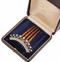 PEIGNE à cheveux en corne, transformable en broche, en argent et or à motif floral serti de diamants de taille ancienne et de taille rose, souligné par deux lignes de diamants de taille rose. Poids brut: 11,8 g Longueur: 8 cm Dim broche 8 x 2 cm Poin
