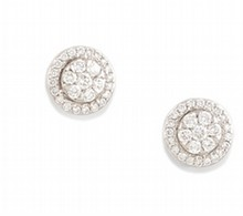 PAIRE DE PUCES D'OREILLES en or gris de forme ronde sertie de cinquante-quatre diamants de taille brillant pesant  0.70 carat.    Poids brut: 3,55 g        A PAIR OF DIAMOND AND WHITE GOLD EARRING.