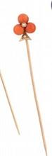 EPINGLE DE CRAVATE en or jaune stylisant un trèfle orné de trois boules de corail réhaussée s de deux petites perles.    Poids brut: 2,65 g         A YELLOW GOLD, CORAIL AND PEARL TIE PIN.