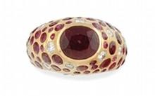 BAGUE jonc en or jaune ornée d'un rubis de taille ovale en serti clos, le corps de la bague réhaussé d'un pavage de rubis de taille ronde et de diamants de taille brillant.    Poids brut: 8,7 g     TDD: 54        A YELLOW GOLD, RUBY AND DIAMOND RING.