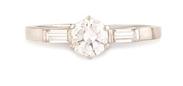 BAGUE SOLITAIRE en platine et or gris centrée d'un diamant de taille brillant d'environ 0,90 carat, épaulé par deux diamants de taille baguette.    Poids brut: 4,1 g    TDD: 63        A WHITE GOLD AND DIAMOND RING.