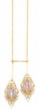 NEGLIGE en or jaune ornée de camées peints stylisant des angelots à décors de rinceaux ponctués de perles fines.    Poids brut : 14,6 g        A YELLOW GOLD PENDANT.