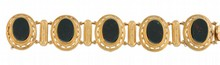 BRACELET d'époque Napoléon III, en or jaune finement ciselé et ajouré, composé d'une succession de médaillons ornés de plaques ovales de jaspe sanguin. Longueur: 17,5 cm Poids brut: 35,9 g A YELLOW GOLD AND BLOODSTONE BRACELET, NAPOLEON III.