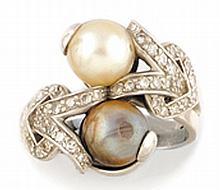 BAGUE en platine ornée de deux perles grise et blanche montées en