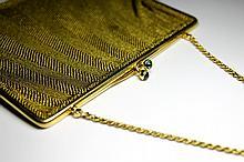 SAC DU SOIR en or jaune, fine maille, fermoir orné de deux cabochons de saphirs, chaine en or or jaune. Poids brut : 209 g