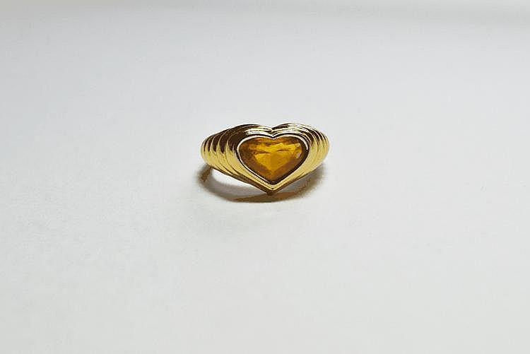 BAGUE en or jaune, finement ciselée et ornée d'une citrine taille caeur.  Poids brut : 11,9 g TDD : 53