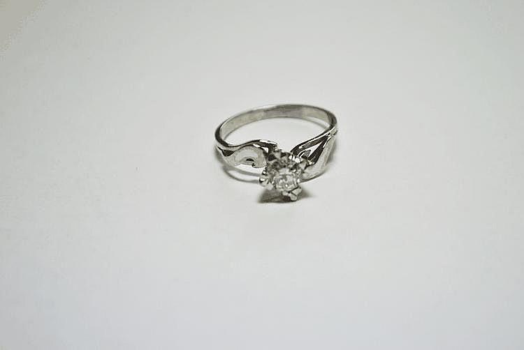 BAGUE SOLITAIRE en or gris, la monture ajourée retenant en son centre un diamant de taille brillant de  0,65 carat.  Poids brut : 3,6 g TDD : 55