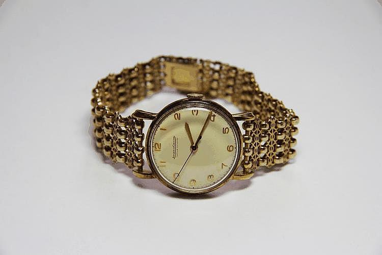 JAEGER LECOULTRE.   MONTRE en or jaune, le bracelet en or jaune finement ciselé.  Poids brut : 42,8 g