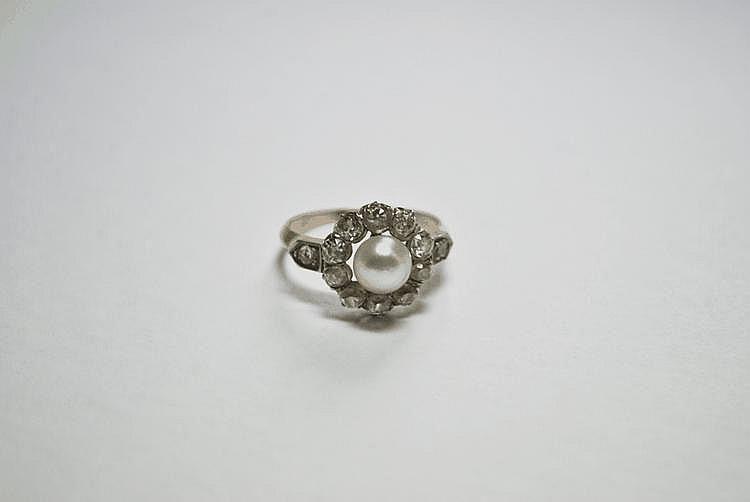 BAGUE MARGUERITE en or jaune ornée d'une perle en son centre dans un entourage de diamants de taille ancienne.  Poids brut : 4,2 g TDD : 57
