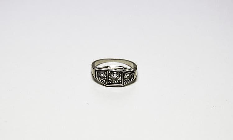BAGUE en platine et or gris de style art déco ornée de trois diamants de taille ancienne. Poids brut : 2,8 g TDD : 49
