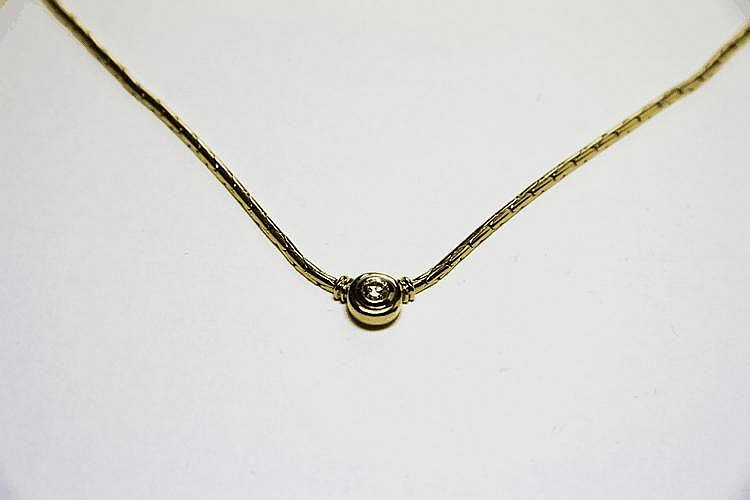 COLLIER en or jaune retenant en son centre un diamant de taille brillant serti clos.  Poids brut : 19,8 g