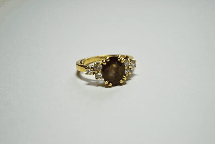 BAGUE en or jaune sertie d'un rubis ovale (env.  2,5 cts) épaulé de trois diamants ronds taille brillant en chute de chaque côté.  TDD : 52 (anneau rétrécisseur). Poids brut : 5,8 g.