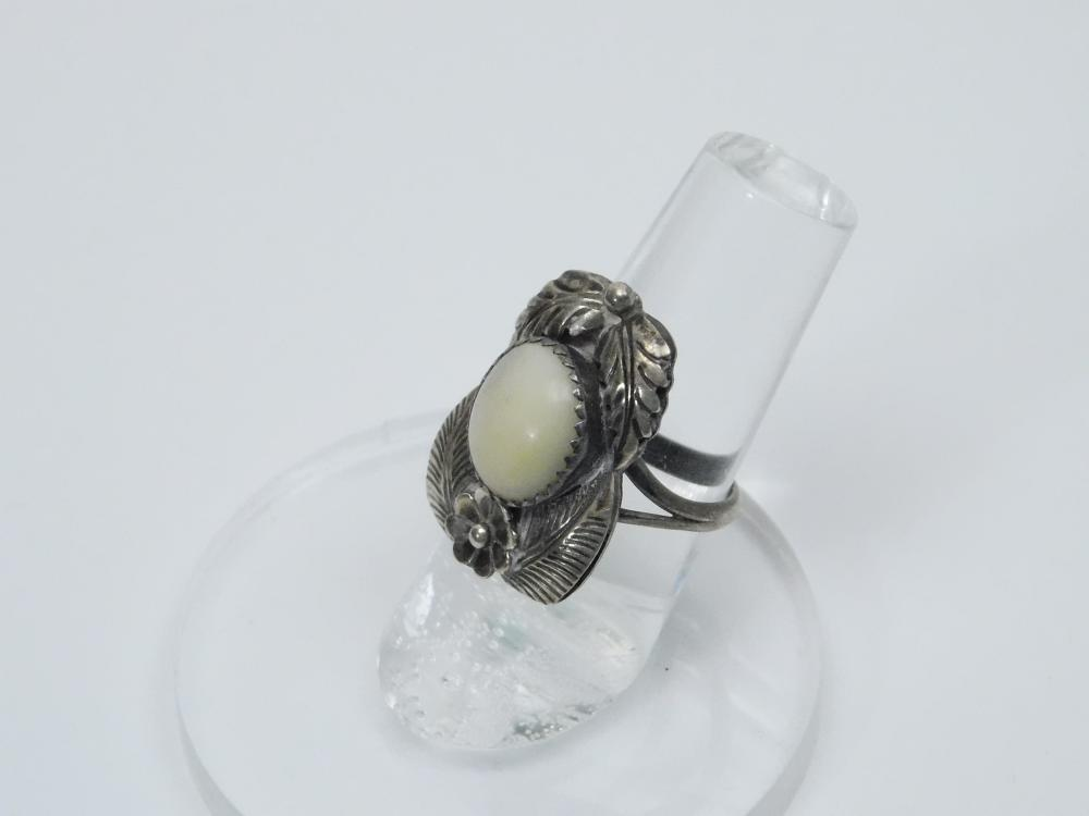Lot 114: Vintage Native American Manygoats Sterling Silver Mop Squash Blossom Feather Ring 6G Sz6.25