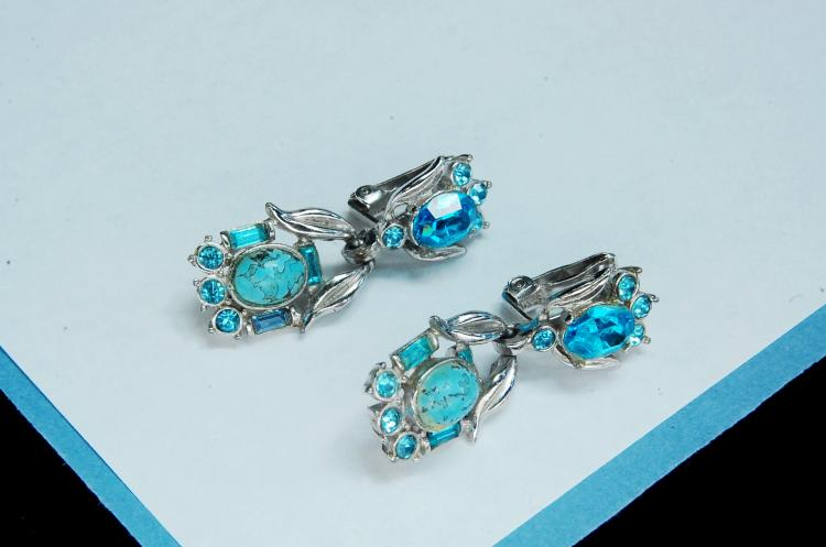 Lot 22: Vintage Ladies Dangle Clip-On Earrings