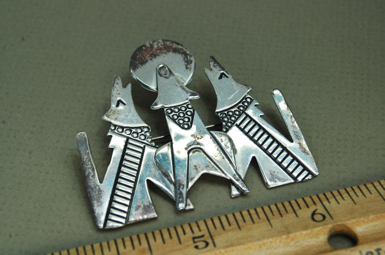 Vintage 11g Sterling Howling Coyotes Brooch