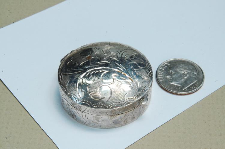 Lot 172: Vintage 14g Sterling Silver Etched Pillbox