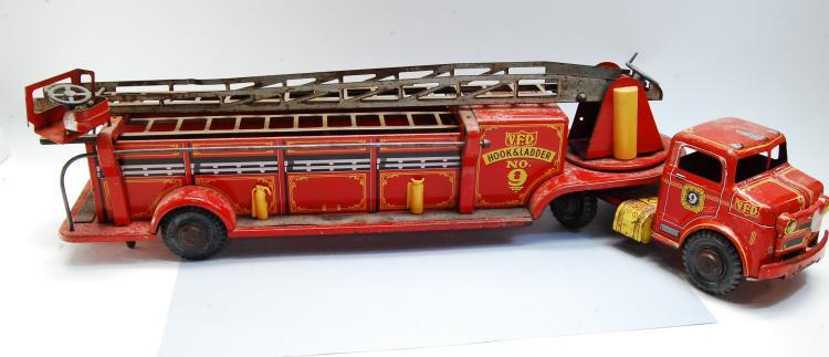 Lot 162: Antique Lumar Toys VFD Hook & Ladder Tin Litho Pre