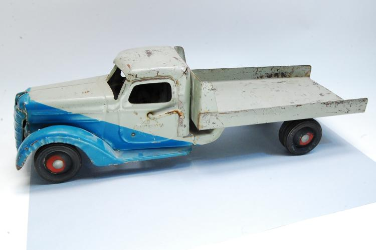 Lot 164: Antique Buddy L Large Pressed Steel Flat Bed Truck