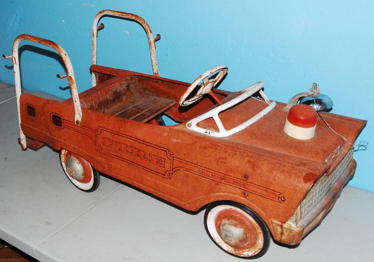 Lot 175: Vintage 1958 Murray Rear Step Fire Truck Full Size
