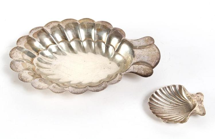 TWO STERLING SHELL-SHAPED DISHES - The two shallow dishes are in shell form, of slightly different sizes (2.75