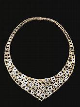COLLIER IN ORO 14KT E DIAMANTIinteramente traforata a piccoli quadrati e triangoli sagomati alcuni impreziositi da diamanti taglio brillante per ct 4 circa, punzone 14Kt e 585, diam. cm 10,5, g 93