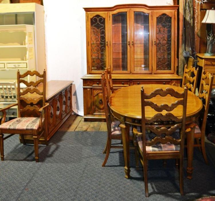Thomasville Oak Mediterranean Style Dining Room Suite: Table